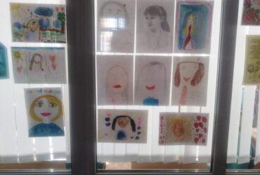 Выстава дзіцячых малюнкаў «Милой мамочки портрет» прайшла ў Сапоцкінскай ГПБ 14.10.2021